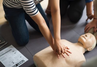 Entraînement au massage cardiaque sur un mannequin prévu à cet effet